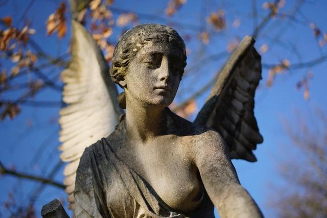 Trauerrednerin Bettina Sorge liebt die alten Marmorstatuen, die man oft auf Friedhöfen finden kann, z.B. auch auf dem Nürnberger Johannisfriedhof.