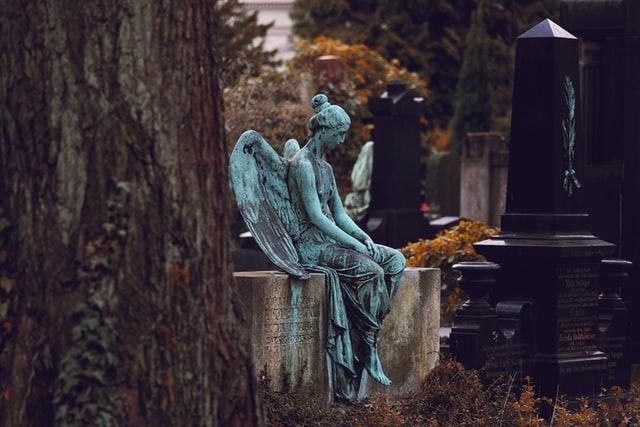 Trauerrednerin Bettina Sorge liebt die schönen Marmorstatuen, die sich auf vielen Friedhöfen, auch auf einigen Erlanger Friedhöfen, finden lassen.